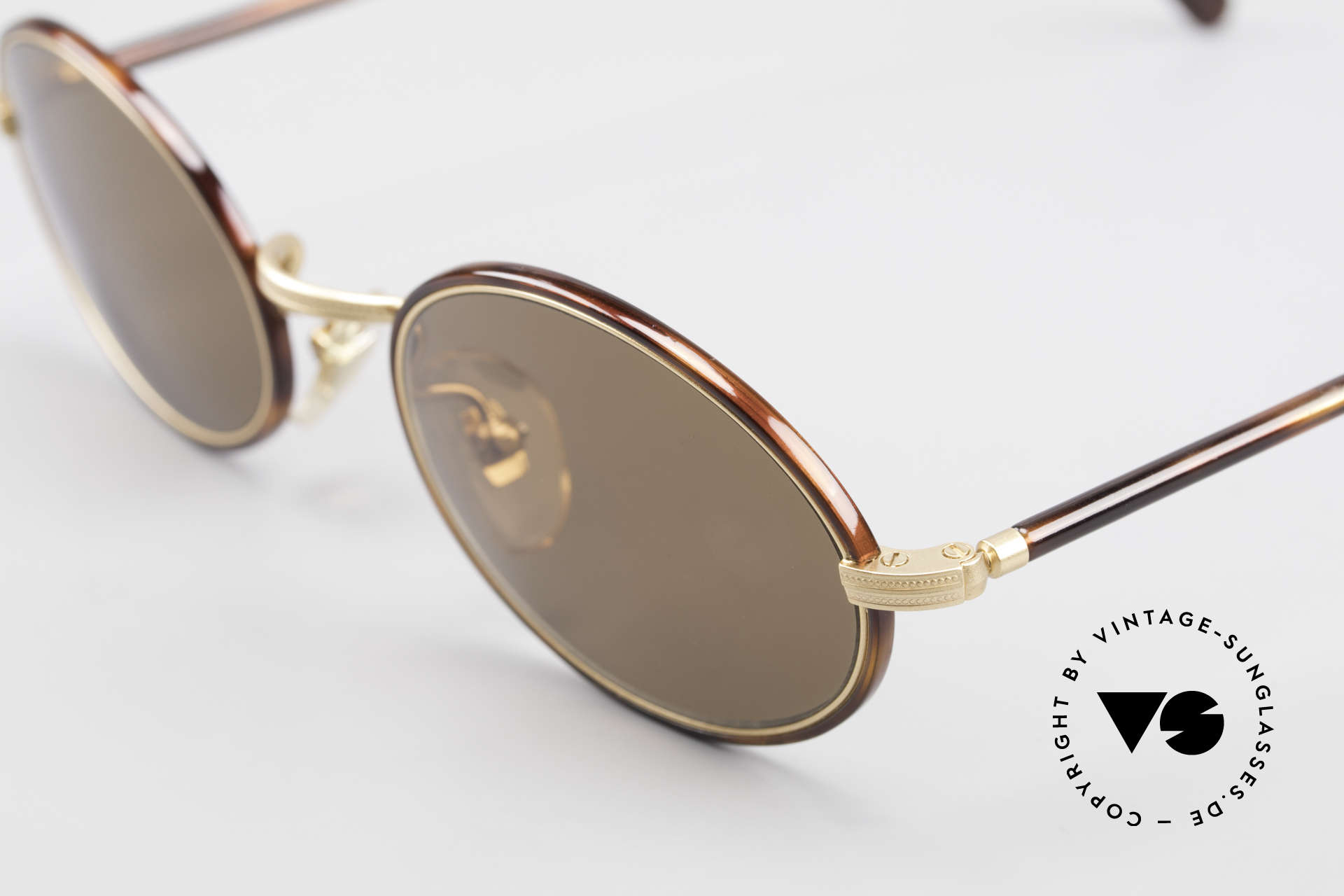 Cutler And Gross 0350 Oval Vintage Sunglasses 90's, very elegant combination of materials and classic colors, Made for Men and Women