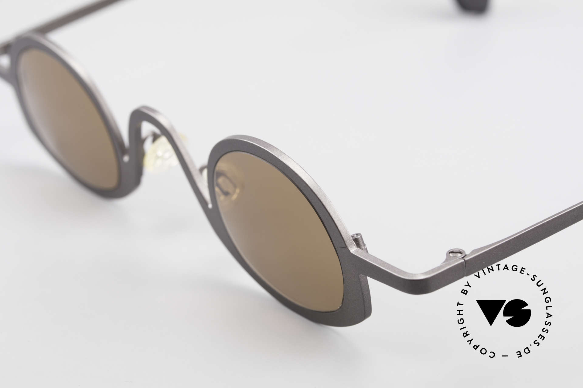 Theo Belgium Circle Avant-Garde Sunglasses 90's, extraordinary frame in top-quality (unisex; gray colored), Made for Men and Women